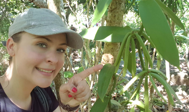 Solène Roelandts dans une plantation de vanille à Madagascar